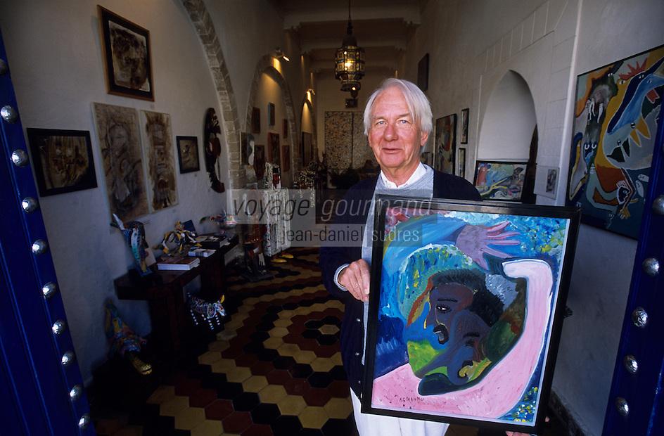 Afrique/Maghreb/Maroc/Essaouira : Frédéric Damgaard dans sa galerie avec un tableau de Mustapha Asmah