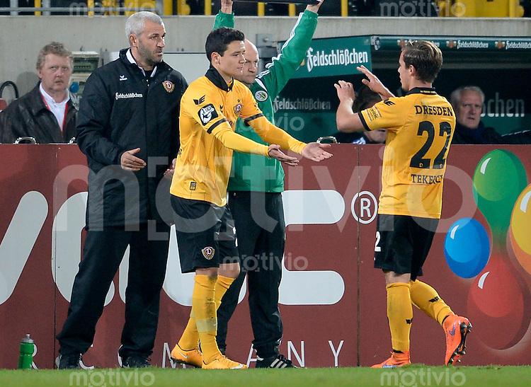 FUER SZ FREI, PAUSCHALE GEZAHLT!!!<br /> Fu&szlig;ball, Sachsen - Pokal, Saison 2015/2016, Achtelfinale, SG Dynamo Dresden - Chemnitzer FC (CFC), Freitag (09.10.2015), Stadion Dresden.<br /> Dresdens Niklas Landgraf (li.) wird f&uuml;r Sinan Tekerci eingewechselt.<br /> Foto: Robert Michael / www.robertmichaelphoto.de