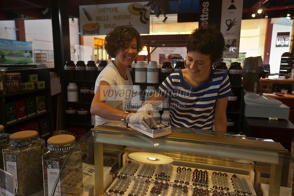 Europe/France/Bretagne/56/Morbihan/Vannes: Sylvie et Eve Cardon, mère et fille  - Chocolats:  Les Nénettes - Halles des Lices [Non destiné à un usage publicitaire - Not intended for an advertising use]