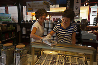Europe/France/Bretagne/56/Morbihan/Vannes: Sylvie et Eve Cardon, mère et fille  - Chocolats:  Les Nénettes - Halles des Lices [Non destiné à un usage publicitaire - Not intended for an advertising use]