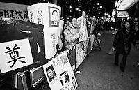 Demonstration von Mitgliedern der Restaurant Workers Union gegen die Entlassung gewerkschaftlich organisierter Arbeiter. Der Restaurant hatte Konkurs angemeldet und das Restaurant spaeter mit dem Namenszusatz &quot;New&quot; neu eroeffnet. Die ehemaligen Arbeiter haetten 5.000 Dollar zahlen sollen um an ihren alten Arbeitsplatz zurueck zu koennen. Das Restaurant war das letzte mit Gewerkschaftsmitgliedern in Chinatown.<br /> New York City, 28.12.1998<br /> Copyright: Christian Ditsch/version-foto.de