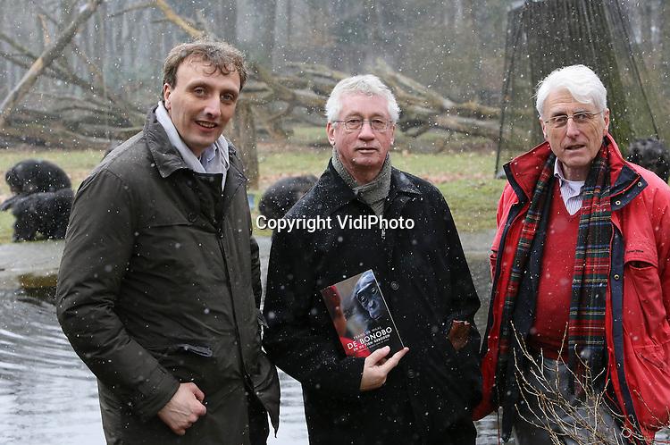 """Foto: VidiPhoto..ARNHEM - De internationaal bekende primatoloog Frans de Waal, heeft woensdag in Burgers' Zoo in Arnhem zijn nieuwste boek """"De bonobo en de Tien Geboden"""" gepresenteerd. Het eerst exemplaar werd in het buitenverblijf van de Chimpansees gesmeten, waar het aandachtig werd bekeken door de mensapen. De Waal brak internationaal door in de jaren zeventig, na gedragsonderzoek bij de chimpansees in Burgers' Zoo. In het baanbrekende boek """"Chimpanseepolitiek"""" vergeleek hij het sociale gedrag van mensapen met de politiek in Den Haag. Sinds 1981 werkt De Waal als hoogleraar psychologie aan de Emory University in Atlanta. Foto: V.l.n.r. Directeur Burgers' Zoo Alex van Hooff, Frans de Waal en voormalig promotor prof. Jan van Hooff van de Universiteit van Utrecht.."""