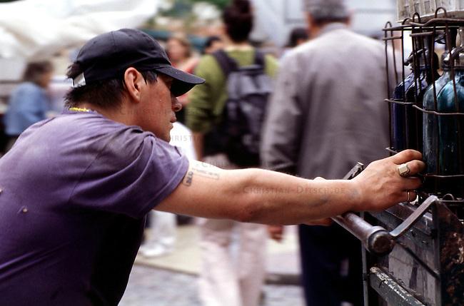 Flohmarkt im Stadtteil San Telmo.<br /> Flea market in San Telmo.<br /> 22.10.2000<br /> Copyright: Christian-Ditsch.de<br /> [Inhaltsveraendernde Manipulation des Fotos nur nach ausdruecklicher Genehmigung des Fotografen. Vereinbarungen ueber Abtretung von Persoenlichkeitsrechten/Model Release der abgebildeten Person/Personen liegen nicht vor. NO MODEL RELEASE! Nur fuer Redaktionelle Zwecke. Don't publish without copyright Christian-Ditsch.de, Veroeffentlichung nur mit Fotografennennung, sowie gegen Honorar, MwSt. und Beleg. Konto: I N G - D i B a, IBAN DE58500105175400192269, BIC INGDDEFFXXX, Kontakt: post@christian-ditsch.de<br /> Urhebervermerk wird gemaess Paragraph 13 UHG verlangt.]