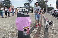 CAMPINAS, SP 10.08.2019 - CACHORRO PERDIDO - Eder Luis Manente com a mãe e irmã da cachorra Chanel. A busca pela bulldog francês Chanel está mobilizando cães farejadores, carro de som e até um drone na região do Jardim Chapadão, em Campinas (SP).<br /> Chanel, que tem 8 anos, desapareceu após fugir da clínica Veterinária Verlengia, onde estava internada na última terça-feira (6). Ela aguardava a realização de uma endoscopia porque estava vomitando muito.<br /> Um ato para reunir apoiadores da busca pela Chanel esta sendo neste sábado (10) na praça da Torre do Castelo. (Foto: Denny Cesare/Código19)
