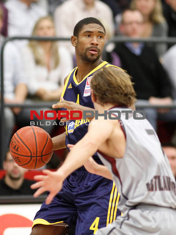 GER - BBL 09/10 - 12. Spieltag,  <br /> Artland Dragons - ALBA Berlin<br /> Derrick Byars (ALBA Berlin - USA  #4 Forward) - Alexander Seggelke (Artland Dragons - GER #7 Guard/Forward)<br /> <br /> Foto &copy; nph (  nordphoto  )<br />  *** Local Caption ***