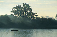 Asie/Birmanie/Myanmar/Haute Birmanie/Mandalay: Navigation sur l'Irrawaddy - Barque de pêcheur
