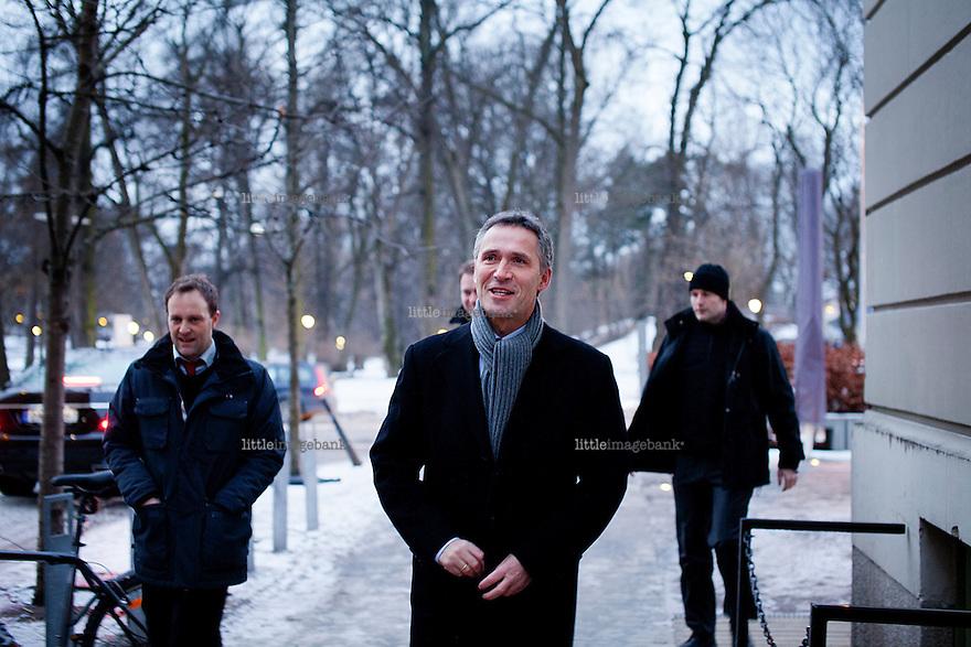 Oslo, Norge, 11.01.2013. Statsminister Jens Stoltenberg ankommer Bratteliseminaret på Litteraturhuset i Oslo. Foto: Christopher Olssøn.