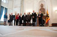 Berlin, Bundespräsident Joachim Gauck (r.) am Montag (17.06.13) im Schloss Bellevue mit Zeitzeugen aus Anlass des 60. Jahrestages des Volksaufstands vom 17. Juni 1953 bei einem Fototermin. Foto: Steffi Loos/CommonLens