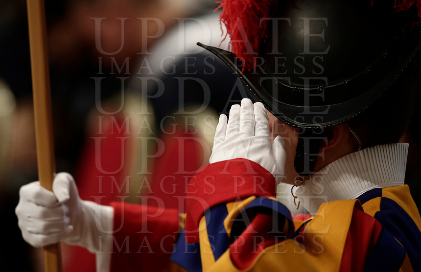 Una Guardia Svizzera durante una Messa celebrata da Papa Francesco in occasione della Giornata Mondiale del Migrante e del Rifugiato nella Basilica di San Pietro in Vaticano, 14 gennaio 2108.<br /> A Swiss Guards stands as Pope Francis celebrates  a special mass to mark  the World day of Migrants and Refugees in Saint Peter's Basilica at the Vatican, on January 14, 2018.<br /> UPDATE IMAGES PRESS/Isabella Bonotto<br /> <br /> STRICTLY ONLY FOR EDITORIAL USE