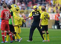 Fussball Bundesliga Saison 2011/2012 8. Spieltag Borussia Dortmund - FC Augsburg V.l.: Trainer Juergen KLOPP (BVB) streichelt Chris LOEWE (BVB) nach Spielende den Kopf.