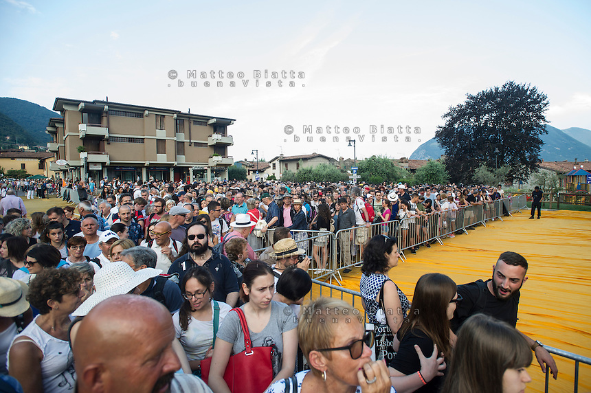 The floating piers nella foto folla in attesa di salire sul ponte di Christo sul lago di Iseo che collega Sulzano, Montisola e l'isola di San Paolo geografico Sulzano 30/06/2016 foto Matteo Biatta<br /> <br /> The floating piers in the picture crowd wating to go on Christo's bridge on Iseo lake that connect Sulzano with Montisola and Saint Paul's island geographic Sulzano 30/06/2016 photo by Matteo Biatta