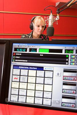Genève, le 04.11.2008.Studio de radio genevoise ONE FM. carole animatrice de la radio..© Le Courrier / J.-P. Di Silvestro