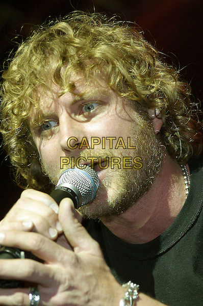 DIERKS BENTLEY.Capitol Records show for approximately 1000 country radio people, Nashville, Tennessee, USA,.17 February, 2006..portrait headshot concert gig live on stage music .Ref: ADM/RR.www.capitalpictures.com.sales@capitalpictures.com.©Randi Radcliff/AdMedia/Capital Pictures.