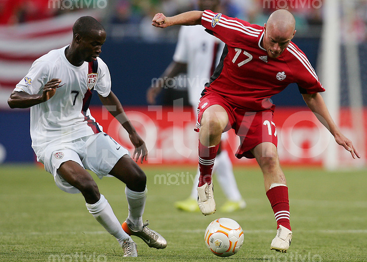 Fussball International Gold Cup Halbfinale  Canada 1-2 USA DaMarcus BEASLEY (USA, l) gegen Iain HUME (CAN).