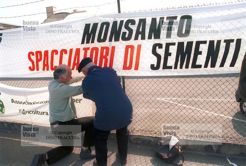 - manifestation against OGM seeds (genetically modified) in front of Monsanto company center ....- presidio contro le sementi OGM (geneticamente modificate) davanti alla sede della ditta Monsanto