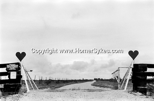 SWEETWATER TEXAS -USA 1999. TWO METAL HEART SYMBOLS SIT ON THE ENTRANCE GATE TO A RANCH.