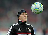 FUSSBALL   CHAMPIONS LEAGUE   SAISON 2011/2012  Achtelfinale Rueckspiel 13.03.2012 FC Bayern Muenchen - FC Basel  Bastian Schweinsteiger (FC Bayern Muenchen) mit Ball beim Aufwaermen