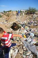 Ni–os de la colonia Norberto Ortega pasan su tiempo libre jugando entre la basura que los vecinos arrojan al  antiguo hoyo de Bonilla que representa una falta de conciencia ecologica y descuido de los padres al no saber donde juegan sus hijos