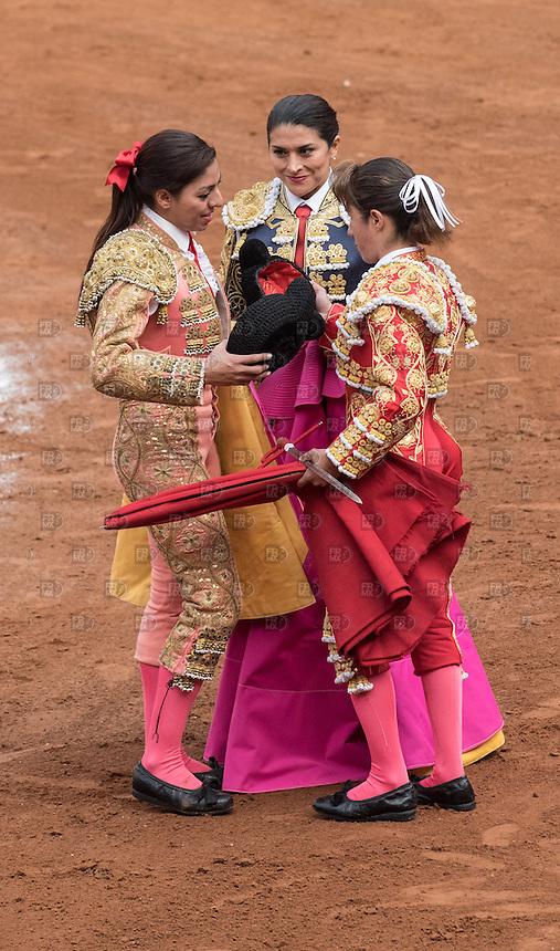 CIUDAD DE MEXICO, D.F. 28 Diciembre.- Las toreras  Karla  de los Ángeles, Hilda Ríos y Lupita López durante la decima corrida en la Plaza México de la Ciudad de México, 28 de diciembre de 2014.  FOTO: ALEJANDRO MELENDEZ