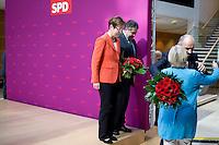 Die SPD-Spitzenkandidatin Heike Taubert, Bundeswirtschaftsminister und Vizekanzler Sigmar Gabriel (SPD) und SPD-Spitzenkandidat Dietmar Woidke verlassen am Montag (15.09.14) in Berlin nach einer Pressekonferenz zu den Landtagswahlen in Brandenburg und Th&uuml;ringen die B&uuml;hne.<br /> Woidke wird von Nordrhein-Westfalens Ministerpraesidentin Hannelore Kraft (SPD) umarmt.<br /> Foto: Axel Schmidt/CommonLens