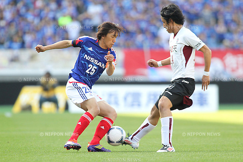 Shunsuke Nakamura (F Marinos), Ryota Morioka (Vissel),.APRIL 28, 2012 - Football / Soccer : 2012 J.League Division 1 match betweenYokohama F Marinos 3-1 Vissel Kobe at Nissan Stadium in Kanagawa, Japan..(Photo by Kenzaburo Matsuoka/AFLO)