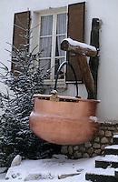 Europe/France/Rhône-Alpes/38/Isère/Autrans: Détail d'une maison - Chaudron en cuivre à l'extérieurd'une fruitière