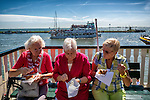 Nederland,Volendam, 05-08-2015  Tourists during the summer holiday in the historical part of Volendam. Elderly ladies enjoy see food. FOTO: Gerard Til / Hollandse Hoogte.