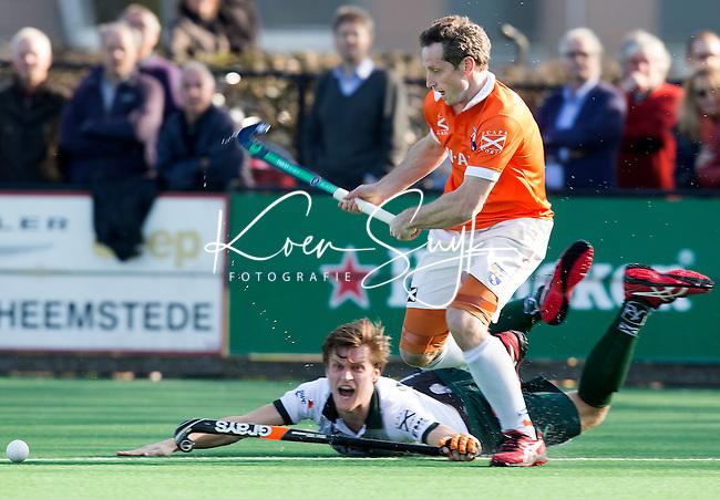 BLOEMENDAAL - Hockey - Ronald Brouwer van Bloemendaal ontwijkt Rotterdam speler Hidde Turkstra tijdens de competitiewedstrijd tussen de mannen van Bloemendaal en Rotterdam (3-1) . FOTO KOEN SUYK