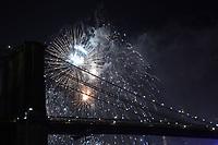 Nova York (EUA), 04/07/2019 - Fogos / Dia da Independencia / Estados Unidos da América - <br /> Fogos de artifício iluminam a ponte do Brooklyn durante o show anual de fogos de artifício da loja de departamentos Macys no East River de Manhattan na cidade de Nova York nos Estados Unidos na noite desta quinta-feira, 04. Esta é a 43ª exibição anual de 4 de julho pelo varejista. O evento celebra o Dia da Independência nos Estados Unidos. (Foto: William Volcov/Brazil Photo Press)