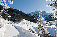 Austria, Tyrol, Ziller Valley Arena, Gerlos: popular ski resort at Gerlos Valley, winter hiking trail into Schoenach Valley to mountain inn Lackenalm | Oesterreich, Tirol, Zillertal-Arena, Gerlos: beliebter Skiort im Gerlostal, Winterwanderweg ins Schoenachtal zur Jausenstation Lackenalm