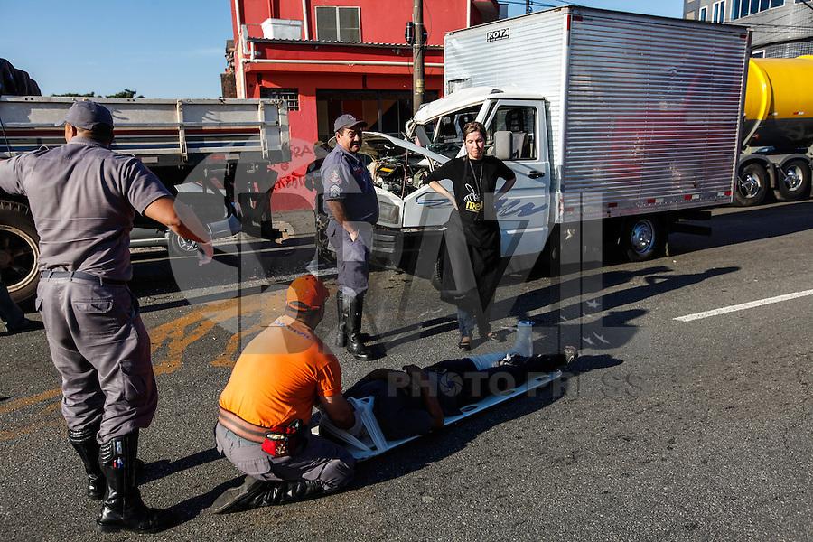 SAO PAULO, SP, 03 AGOSTO 2012 - ACIDENTE TRANSITO - CAMINHAO X CAMINHAO -  Acidente de transito envolvendo um caminhão de pequeno porte com uma carreta na altura do numero 1000 da Avenida do Estado, deixa uma vitima com ferimentos leves encaminhada ao Pronto Socorro Albert Sabin, nesta sexta-feira, 03. (FOTO: VANESSA CARVALHO / BRAZI LPHOTO PRESS).