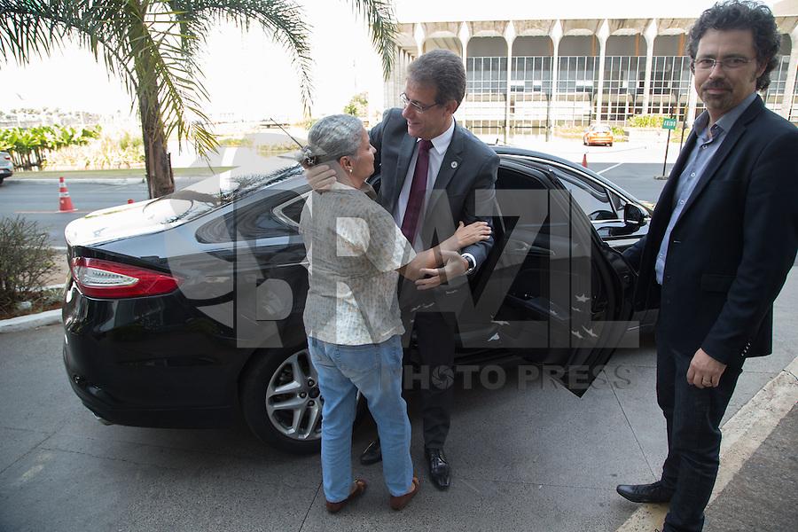 BRASILIA, DF, 02.10.2015 - DILMA-REFORMA -  O ex-ministro da Saúde, Arthur Chioro, recebe um cumprimento de uma funcionária do Ministerio, ao entrar em seu carro, no Ministerio da Saúde, nesta sexta-feira.(Foto:Ed Ferreira / Brazil Photo Press)