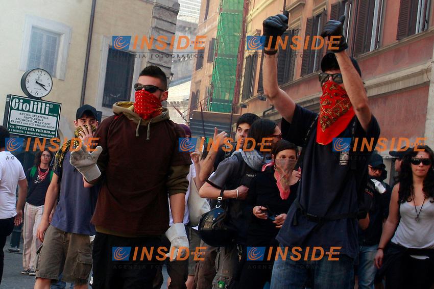 """Studenti mascherati.Roma 14/06/2012 Manifestazione degli studenti """"Blockupy Pantheon"""" per protestare contro la riforma Fornero sul Lavoro..Photo Samantha Zucchi Insidefoto"""