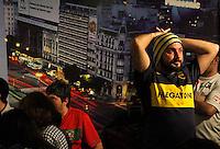 S&Atilde;O PAULO,SP,27 JUNHO 2012 - BOCA JUNIORS x CORINTHIANS TORCIDA<br /> Torcedore do Boca Juniors  assiste ao jogo entre Boca Juniors x Corinthians no bar Moocaires na Mooca zona leste.FOTO ALE VIANNA/BRAZIL PHOTO PRESS