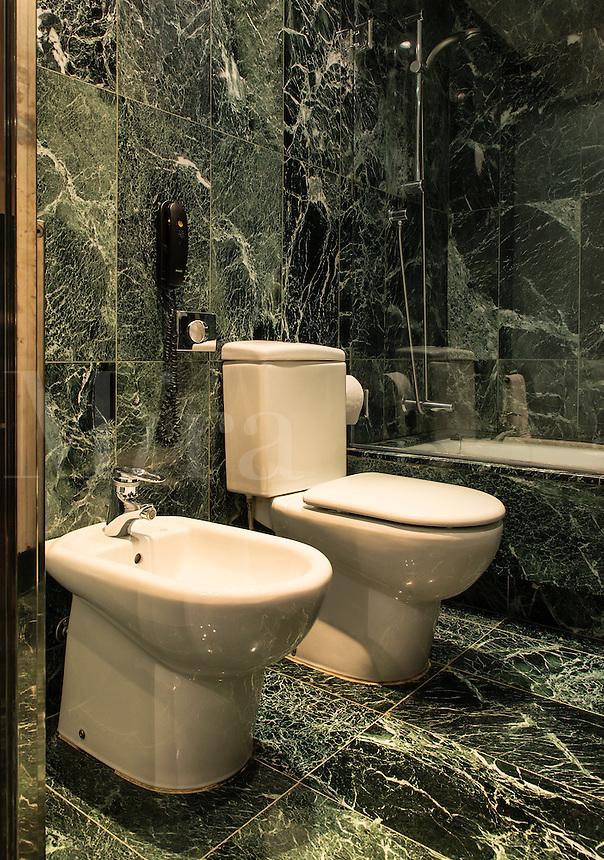 Modern hotel bathroom.