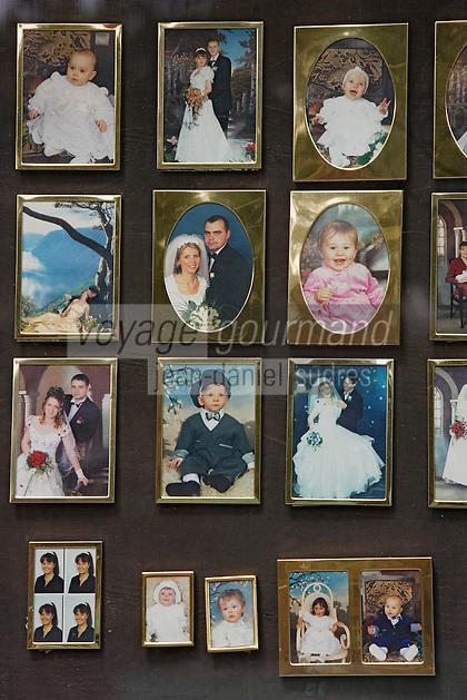 Europe/Pologne/Lodz: détail vitrine d'un photographe - série de portraits