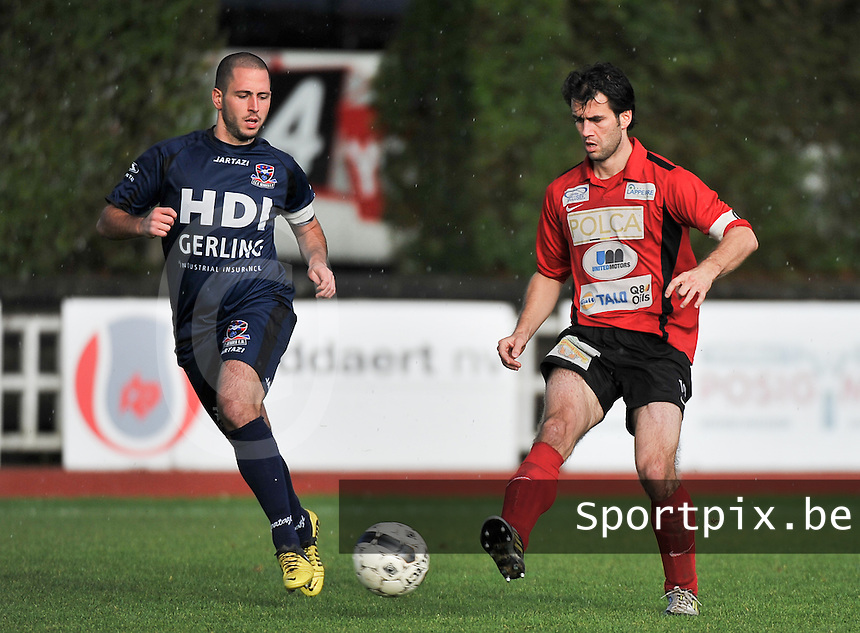 KFC Izegem - FC Dender  : Tom Coghe aan de bal voor Yanis Papassarantis (links)<br /> foto VDB / Bart Vandenbroucke