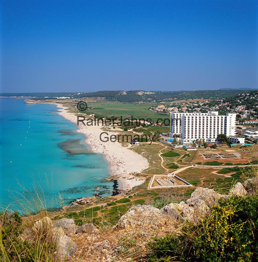 Spain, Balearic Islands, Menorca, Son Bou: bay, beach and resort | Spanien, Balearen, Menorca, Son Bou: Bucht, Strand und Feriensiedlung im Suedwesten