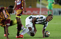 BOGOTA - COLOMBIA - 14-09-2015: Orlando Berrio jugador del Atletico Nacional disputa el balon con Omar Albornoz del Deportes Tolima  durante partido  por la fecha 12 de la Liga Aguila II 2015 jugado en el estadio Nemesio Camacho El Campin. / Orlando Berrio player of Atletico Nacional   fights the ball against Omar Albornoz of Deportes Tolima  during a match for the twelve date of the Liga Aguila II 2015 played at Nemesio Camacho El Campin stadium in Bogota city. Photo: VizzorImage / Felipe Caicedo / Staff.