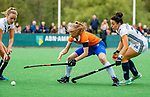 BLOEMENDAAL -   Michelle van der Drift (Bldaal)  met Anna O'Flanagan (Pin) en  Anouk Lambers (Pin) , Libera hoofdklasse hockey Bloemendaal-Pinoke (0-0). COPYRIGHT KOEN SUYK