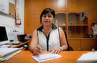 Quer&eacute;taro, Qro. 02 de marzo de 2014.- Laura Leyva, dirigente del STEUAQ (Sindicato de Trabajadores y Empleados de la Universidad Aut&oacute;noma de Quer&eacute;taro), desminti&oacute; la versi&oacute;n que public&oacute; un medio de comunicaci&oacute;n en su pagina de internet, sobre la presuntamente se hab&iacute;a terminado la huelga en la UAQ. Y que presuntamente ya se firmar&iacute;a el acuerdo entre autoridades y sindicato. Mediando el gobierno del estado. La dirigente hizo del conocimiento que contin&uacute;a la huelga y la postura  de la asamblea general en el sentido de pedir respeto al cumplimiento del contrato colectivo.  De acuerdo a Leyva las autoridades han ofrecido el 4 por ciento directo al salario, 2.4 por ciento a las prestaciones no ligadas al salario, un mill&oacute;n 300 mil pesos en una bolsa econ&oacute;mica, as&iacute; como 50 bases para &eacute;ste a&ntilde;o y 20 m&aacute;s por medio de la SEP. <br /> &Eacute;ste lunes se reunir&aacute;n los delegados y analizar&aacute;n si se lleva o no la asamblea.<br /> <br /> Foto: Demian Ch&aacute;vez / Obture Press Agency.