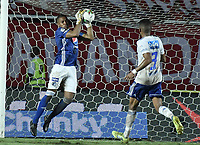 CALI - COLOMBIA, 21-04-2019: Wuilker Fariñez arquero de Millonarios en acción durante partido por la fecha 17 de la Liga Águila I 2019 entre América de Cali y Millonarios jugado en el estadio Pascual Guerrero de la ciudad de Cali. / Wuilker Fariñez goalkeeper of Millonarios in action during match for the date 17 as part of Aguila League I 2019 between America Cali and Millonarios played at Pascual Guerrero stadium in Cali. Photo: VizzorImage / Gabriel Aponte / Staff