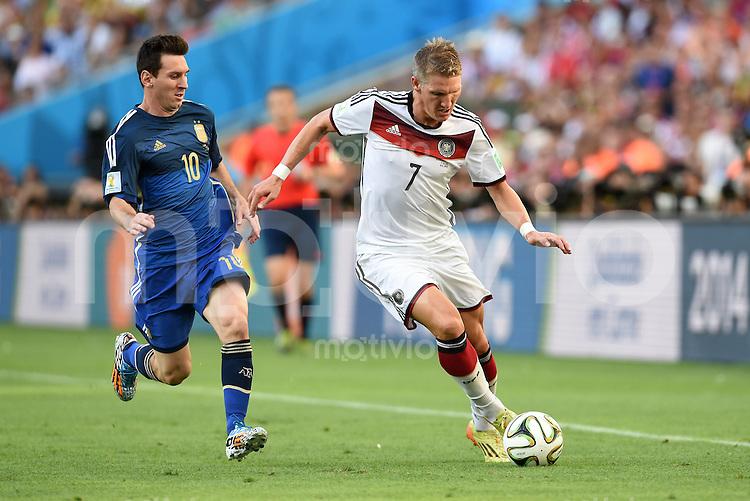 FUSSBALL WM 2014                FINALE Deutschland - Argentinien     13.07.2014 Lionel Messi (li, Argentinien) gegen Bastian Schweinsteiger (re, Deutschland)