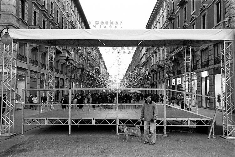 milano, via dante, centro città. un palco --- milan, dante street, downtown. a stage