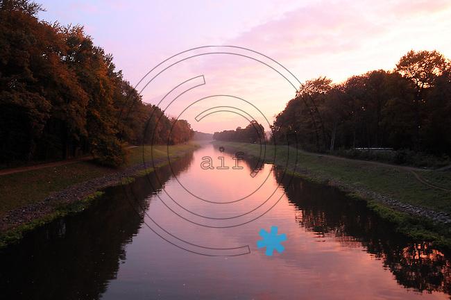 Herbstlicher Sonnenuntergang Kanal Schleussiger weg, am Abend des 26. 10 2011.Photo: Stefan Nöbel-Heise