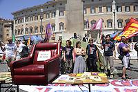 Roma, 22 Giugno 2011.Roma, Piazza Montecitorio.Presidio dei precari a Montecitorio.Tafferugli e lancio di ortaggi, uova e libri davanti il parlamento..Il presidio viene sgomberato e i manifestanti improvvisano un corteo per poi ritornare nella piazza