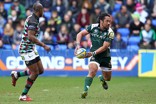 26.02.2011 Centre Seilala Mapusua in possession and about to pass for London Irish Aviva Premiership Rugby from the Madejski Stadium. London Irish v Harlequins.