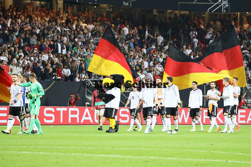 Deutsche Mannschaft jubelt nach dem 7:0 Sieg mit den Fans - 10.06.2017: Deutschland vs. San Marino, Grundig Stadion Nürnberg