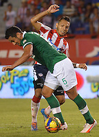 BARRANQUIILLA -COLOMBIA-23-02-2014. Juan Guillermo Dominguez (Der) de Atlético Junior disputa el balón con Andres Perez (Izq) del Deportivo Cali durante partido por la fecha 7 de la Liga Postobón I 2014 jugado en el estadio Metropolitano Roberto Meléndez de la ciudad de Barranquilla./ Atletico Junior  player Juan Guillermo Dominguez (R) fights for the ball with Deportivo Cali player Andres Perez (L) during match for the 7th date of the Postobon League I 2014 played at Metropolitano Roberto Melendez stadium in Barranquilla city.  Photo: VizzorImage/Alfonso Cervantes/STR