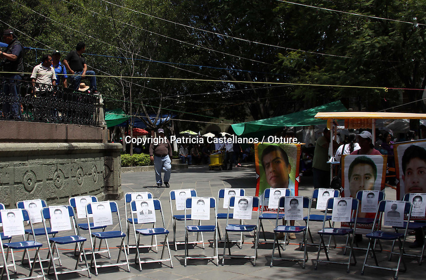 Oaxaca de Ju&aacute;rez, Oax. 26/09/2015.- Integrantes de la secci&oacute;n 22 del Sindicato Nacional de Trabajadores de la Educaci&oacute;n (SNTE), as&iacute; como miembros de diversas organizaciones sociales de la entidad oaxaque&ntilde;a, marcharon este s&aacute;bado en la exigencia de justicia para los 43 normalistas desaparecidos en Ayotzinapa Guerrero, lo anterior, en el marco del movimiento global en todo el pa&iacute;s, a un a&ntilde;o de la desaparici&oacute;n de los estudiantes de la Escuela Normal Rural Ra&uacute;l Isidro Burgos.<br /> <br />  <br /> <br /> En tanto, desde temprana hora, los docentes e integrantes de las organizaciones civiles, se concentraron en el crucero de &ldquo;La Experimental&rdquo; de donde partieron con destino al z&oacute;calo, siendo encabezados por Francisco Villalobos, quien es parte de la dirigencia del SNTE en Oaxaca, asi mismo, al paso de la marcha magisterial, se pod&iacute;a ver a la sociedad civil uni&eacute;ndose a la protesta exhibiendo pancartas y cartulinas con consignas de indignaci&oacute;n con el gobierno de Enrique Pe&ntilde;a Nieto, y en demanda de justicia para los 43.<br /> <br />  <br /> <br /> Cabe destacar que dentro de los 43 normalistas desaparecidos se encuentra el estudiante oaxaque&ntilde;o Christian Tom&aacute;s Col&oacute;n  Garnica, originario de Tlacolula de Matamoros, por el que el magisterio de la secci&oacute;n 22 ha exigido su presentaci&oacute;n con vida desde que supo de su desaparici&oacute;n junto con sus compa&ntilde;eros de Iguala.